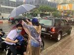 Tình nguyện viên tích cực giúp đỡ thí sinh trong mưa lớn