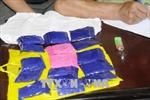 Bắt một phụ nữ 'ôm' 1 bánh heroin và hơn 7.500 viên ma túy tổng hợp