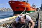 Xem người đàn ông Nga kéo tàu chở hàng 11.000 tấn