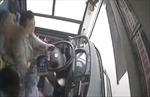 Nữ hành khách đánh lái xe làm xe buýt lao thẳng xuống sông, 15 người thiệt mạng