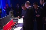Tổng thống Putin và Chủ tịch Kim Jong-un tặng nhau kiếm trong lần gặp đầu tiên