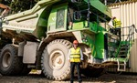 Choáng ngợp trước kích thước của xe điện lớn nhất thế giới