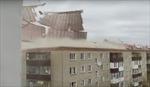 Gió 'xé toạc' mái chung cư tại Kazakhstan