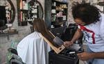 Thợ cắt tóc dùng dao thớt và đèn hàn để tạo kiểu