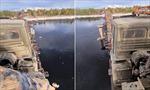 'Thót tim' cảnh xe tải băng qua cây cầu nhỏ bé yếu ớt tại Nga