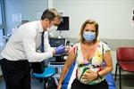 Bộ trưởng Pháp tiêm vaccine COVID-19 cho đồng nghiệp đang mang thai