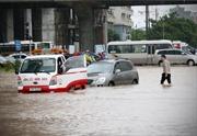 Làm thế nào lái xe an toàn trong trời mưa bão?