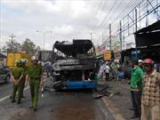 Xe khách cháy rụi, hàng chục người thoát nạn