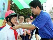 Trao tặng 2.900 mũ bảo hiểm cho trẻ em