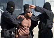 Cảnh treo cổ tội phạm hãm hiếp 18 trẻ em