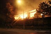 Cháy lớn suốt đêm, xưởng gỗ bị thiêu rụi