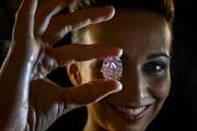 Kim cương 'Ngôi sao hồng' giá kỷ lục hơn 1.740 tỉ đồng
