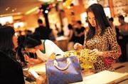 Người Trung Quốc mua một nửa 'hàng hiệu' toàn cầu