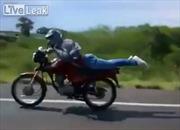 'Chơi ngông' nằm lái xe máy, ngã đau nhớ đời