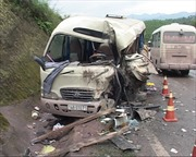 Xe khách đấu đầu container, 3 người chết