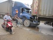 Xe container đâm nhau nát đầu trên quốc lộ 1A