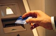 Bắt người Trung Quốc rút tiền bằng thẻ ATM giả