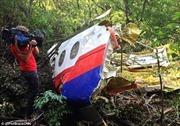Tìm thấy mảnh vỡ MH17 lớn nhất và nhiều thi thể trong rừng rậm