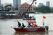 Trục vớt thành công xà lan chìm trên sông Sài Gòn
