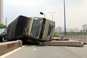 Xe tải lật nhào trên cầu Sài Gòn