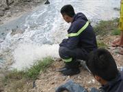 Hàng trăm người giúp bơm nước tìm bé trai dưới cống