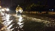 Mưa lớn, triều cường, đường phố Sài Gòn thành sông