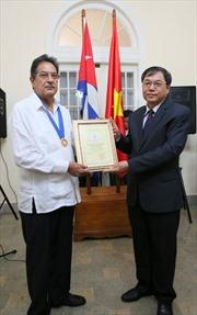 Trao danh hiệu Công dân danh dự Hà Nội cho nguyên Đại sứ Cuba tại Việt Nam
