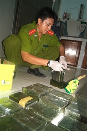 Hòa Bình: Bắt giữ 2 đối tượng vận chuyển trái phép 14 bánh Heroin