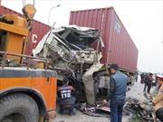 Xe container lấn đường đâm xe khách, 3 người bị thương