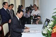 Thủ tướng ký sổ tang chia buồn nguyên Thủ tướng Singapore từ trần