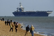 Tàu sân bay Mỹ neo ngoài bờ biển Anh vì quá 'khủng'
