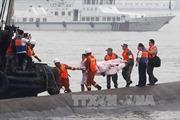 Trung Quốc cắt thân tàu chìm tìm người sống sót