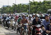 Xe bồn lật giữa đường, giao thông ùn tắc kéo dài