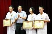 Khen thưởng 19 thầy thuốc quên mình cứu bệnh nhân nhiễm HIV