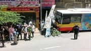 Hà Nội: Tài xế ngủ gật, xe buýt tông hàng chục xe máy