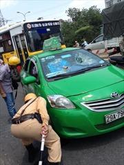 Taxi Mai Linh hất cảnh sát lên nắp capo, náo loạn phố Hà Nội