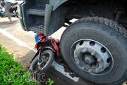 Xe ôm kẹp ba băng ngang đầu xe tải, 3 người thương vong