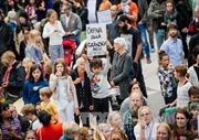 """LHQ cảnh báo """"tình trạng treo"""" đối với người di cư ở châu Âu"""