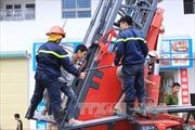 Giải cứu 68 người kẹt trong đám cháy ở chung cư Linh Đàm