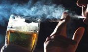 Vì sao người uống rượu bia lại hay hút thuốc?