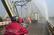 Cầu Chương Dương tắc nghẽn vì vỡ đường ống nước