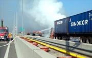 Cao tốc Long Thành-Dầu Giây ùn tắc vì xe container bốc cháy