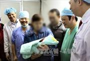 Bé gái đầu tiên chào đời nhờ mang thai hộ