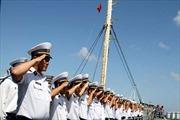 Đoàn tàu chở quà Tết ra Trường Sa đã cập bờ