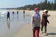 Quảng Ngãi: Tập trung tìm kiếm thi thể cháu bé bị sóng biển cuốn trôi