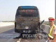 Xe khách cháy rụi đuôi trên cao tốc Trung Lương
