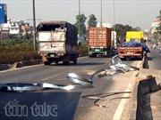 Hàng tấn sắt rơi trên cầu vượt, ùn tắc QL1