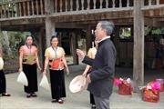 Nghệ nhân truyền dạy múa, xòe Thái