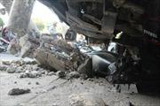 Xe tải mất lái, 2 người bị thương nặng