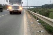 Xe tải không chấp hành lệnh, đâm cảnh sát nguy kịch